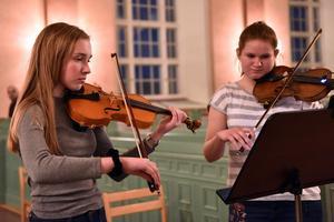 Ellen Johansson och Amanda Martinsson i mitten av kyrkan.