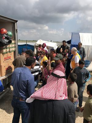 Lions delar ut mat vid ett läger precis vid syriska gränsen. Bild: privat