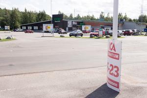 I Fjällbacken på Brynäs i Gävle har Coop problem att klara konkurrensen med Ica Kvantum, en av de lönsammaste Icabutikerna i regionen. Ett tecken är antalet bilar på parkeringsplatserna utanför de båda butikerna.
