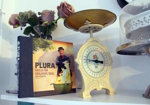 Signerad kokbok av Plura.