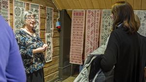 Många passade på att ställa frågor till Johanna Faber (till vänster) om hennes verk.