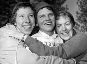 Det svenska stafettlaget som vann guld i damernas 3x5 kilometer vid OS i Squaw Valley 1960. Från vänster: Irma Johansson, Sonja Ruthström och Britt Strandberg. Bild: TT.
