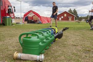 Vattenkannor - uppställning på rad - alltid redo att släcka bränder.