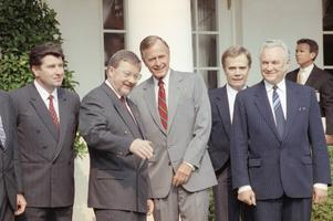 USA president Georg H. Bush tillsammans med de baltiska ledarna 17:e september 1991. Från vänster, Lettlands president Gorbunovs, Litauens Landsbergis, USA:s Bush, en översättare och Estlands Ruute. AP Photo/Barry Thumma