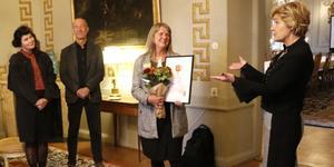 Landshövdingen Maria Larsson delade ut länets första jämställdhetspris till Ulrika Lundgren i Örebro slott på torsdagen. Lundgren är chef för