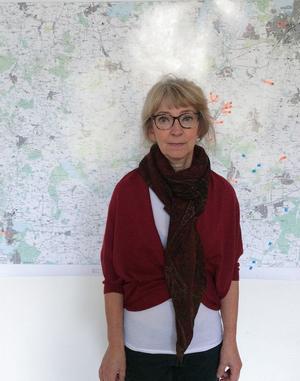 Anna Kristensen framför en karta som markerar platser för bl. a. vapengömmor och vapenleveranser i Danmark.