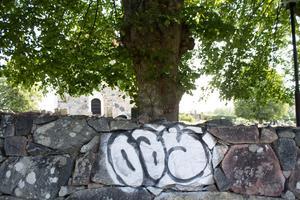 Kyrkogårdsmuren i minneslunden.