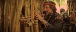 Dennis Hopper gör en liten roll som en manisk fotojournalist och lärjunge till överste Kurtz i