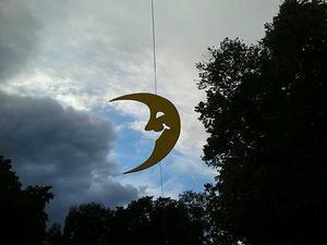 En egen måne. Symboliskt nog sprack molnen upp redan då månen - festivalsymbolen - steg mot skyn vid invigningen.