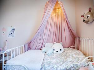 Flickorna har själva fått styra inredningen i sina rum. I Lilys rum är det rosa.