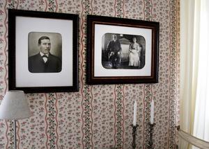 På olika väggar i huset hänger fotografier av människor från förr. Personerna på väggen i matsalen är släktingar till Mats Lindberg.