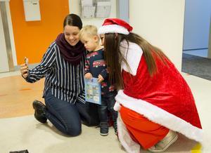 William har tjatat i tre veckor om jultomten men när tomten kom så sa han att han fyllde år, skrattar mamma Mia Svenson.