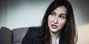 Aida Hadžialić, oppositionsfinansregionråd i Region Stockholm vill att de svenska socialdemokraterna skall göra som de danska: stora satsningar på välfärden kombinerat med en stram invandringspolitik. Det är dock svårt att tro att det är en framgångsrik modell. Foto: Yvonne Åsell, TT.