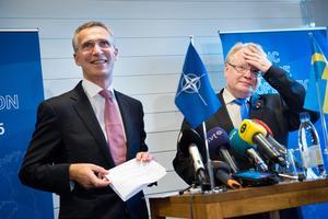 Natos generalsekreterare Jens Stoltenberg och Sveriges försvarsminister Peter Hultqvist (S) under en pressträf. Foto: Jessica Gow / TT /