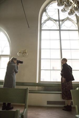Fotografen Ulrika har fått lov att låna den vackra Missionskyrkan i Borlänge för modefotograferingen.