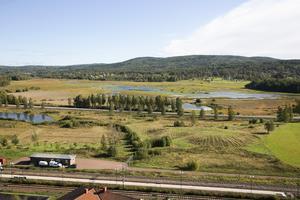 Utsikten mot Åsleden och Limsjön med Järnvägen i förgrunden.