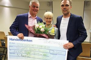 Bengt Jönsson, Kickan Brandström, vd Mats Wesslén – och stipendiechecken på 10 000 kronor. Bild: Privat