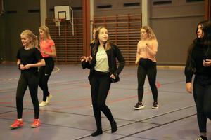 Det svänger när Mathilda, Ellen, Elina, Madelene, Elsa, Emma och Wurood dansar till musiken.