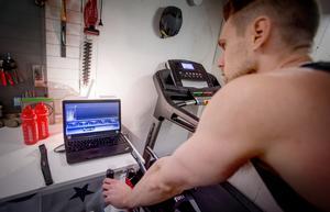 Med ett program i datorn kan Jonas  ha full kontroll på sin träning.