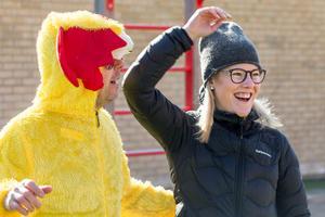 Profilutvecklare. Sara Grundel, idrottslärare på Nya Karlslundsskolan, leder arbetet med att idrotts- och hälsoprofilera skolan. Till vänster lärarkollegan Robert Fahlström.