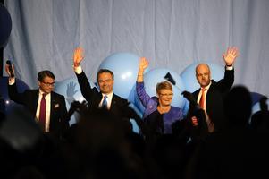 Alliansens fyra partiledare tar emot jubel efter segern i valet 19/9 2010. Från vänster: Göran Hägglund (KD), Jan Björklund (FP/L), Maud Olofsson (C) och Fredrik Reinfeldt (M). Foto: Pontus Lundahl / SCANPIX.