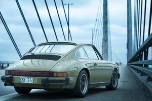 Sagas välbekanta bil på den välbekanta bron.Foto: Jens Juncker-Jensen/Filmlance