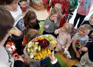 Exotiska frukter var ett av inslagen under Internationella modersmålsdagen på Solgårdens förskola.