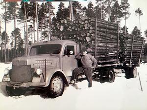Ove Thomson med ett lass timmer som lastats på en Scania.
