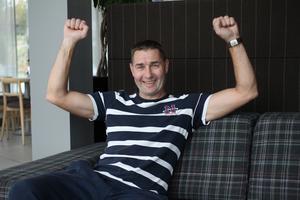 Valeri Grachev sträcker armarna i luften när han tänker på triumfen i World Cup 1998.