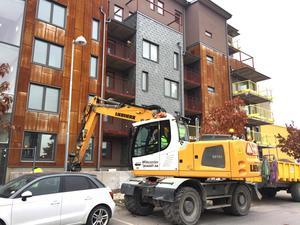 På Lillåudden finns många nybyggda hus och ännu fler är på väg. Detta bygge, med lite annorlunda metallfasad, ska snart vara klart.