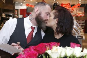De som handlade på Flygfyren på alla hjärtans dag fick en annorlunda upplevelse. Mitt i affären hölls vigslar. Torbjörn Breidebyh Nyström och Laila Flodman passade på att gifta sig på drop-in-bröllop på alla hjärtans dag.