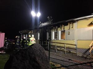 Brandmännen borrade sig in på vinden och sprutade in vatten, noga med att inte släppa in syre.