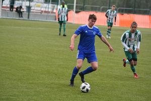 Två spelare i Ångermanlands 02-lag, Sollefteås Adam Näsmark och Älgarnas Mostafa Afzali. Bilden är från division 3-mötet på Nipvallen tidigare på säsongen.