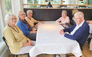 SPF Seniorerna på Frösön njöt av surströmmingen. Här några glada medlemmar som väntar på sin tur till buffén. Foto: Majvor Enström