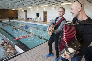 Johan B Andersson (gitarr) och Mats B Olsson (dragspel)  underhöll de som badade under invigningen.