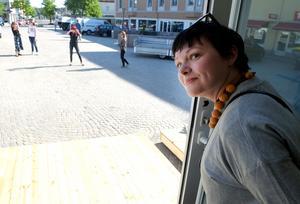 Maria Waldenvik från marknadsavdelningen inom Hall media spanar ut över Flanadentorget