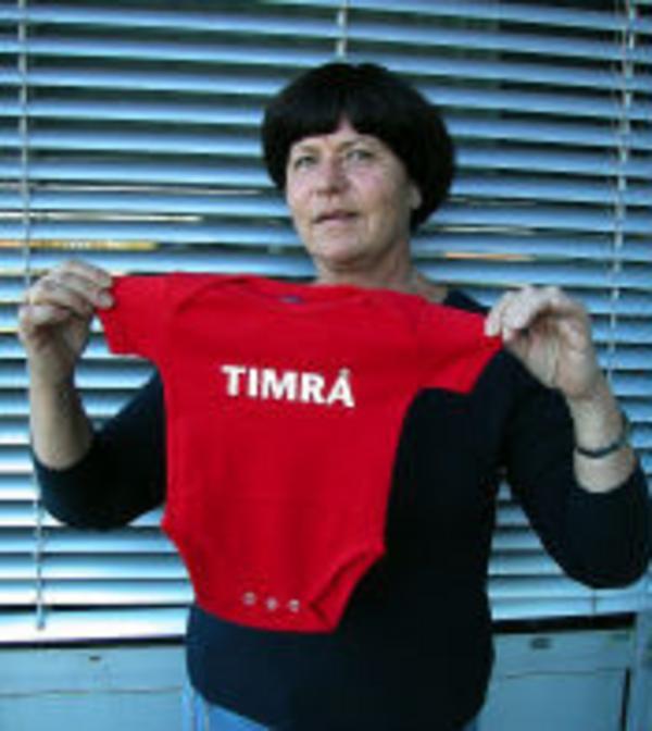 Kerstin Karlsson på Barnavårdscentralen har lagt upp ett rejält lager med bebiströjor och bodydräkter.