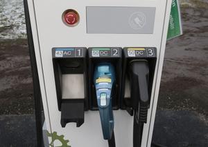 Än har elbilsbranschen inte bestämt vilket system som ska bli standard. Därför är snabbladdaren vid Gunnarsvägen rustad med tre har olika kontakter.