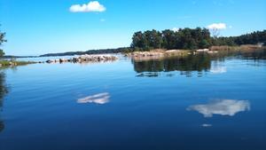 Molnen speglar sig i vattnet, men det ser mer ut som isflak!