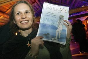 Johanna Karlsson visade stolt upp beviset på sin vinst.