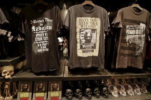 Dödsätarmasker och t-tröjor hör till det man kan köpa på Harry Potter-parken.