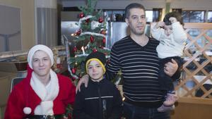 """Syriern Jihad Aidi, med sonen Mamoud och dottern Manasa, tyckte om julfesten. """" Vi kommer från krig, så detta var roligt för barnen. Svenska människor är snälla"""", säger Jihad Aidi."""