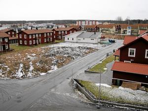 Näsby. Istället för att bygga en villa som bryter av mot övrig bebyggelse kunde det ha lämnats mark för ett grönområde. Till glädje för de boende i Näsby. bild: åke eriksson