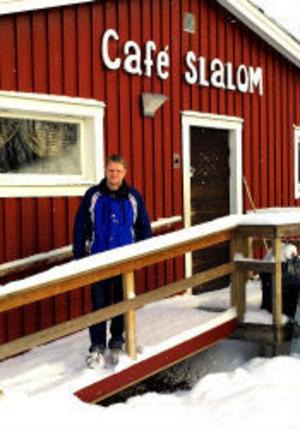 John Hägglund framför den serveringsbyggnad som Nolby Alpina Skidklubb hade hoppats få helt klart inför den kommande säsongen. Nu skjuts färdigställandet av projektet upp minst ett år.