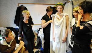Bakom scenen, strax innan showen startar pågår en febril aktivitet och mammorna finns givetvis på plats och hjälper till med kostymerna.