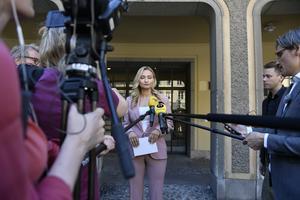Ebba Busch möter media på Riddarhustorget efter att ha erkänt grovt förtal i den uppmärksammade husaffären. Foto Stina Stjernkvist / TT