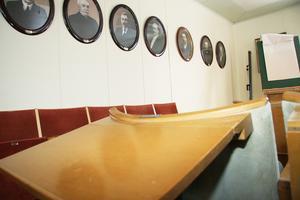 Foton av dem som tidigare varit kommunalrådsordförande i Färila hänger på väggen.
