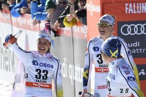 Ida Ingemarsdotter och Hanna Falk firar Anna Haag vid målgången.