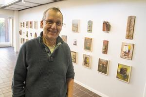 """Lars Westerman debuterade som sjuttonåring på Länskonsten 1969. """"Då var man konstnär, då var det på med baskern!"""". Hans CV täcker fram- och baksida på ett helt papper. Han har varit intendent för denna konsthall, och bildlärare i hemstaden Sandviken."""