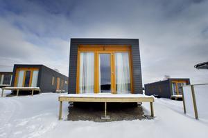 Modulstugor i Kungsberget, som på sommaren flyttas till Furuvik. Bara verandorna står kvar efter att stugorna flyttats.